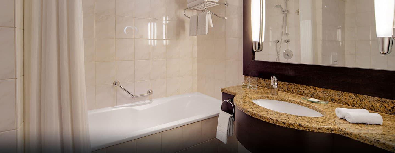 Na een heet bad wikkelt u zich in met de donzige witte handdoeken van Hilton Munich Park Hotel