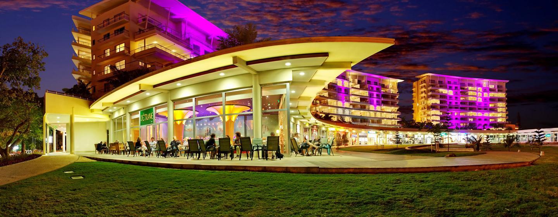 Hôtel Hilton Noumea La Promenade Residences, Nouvelle Calédonie - Extérieur du restaurant, la nuit