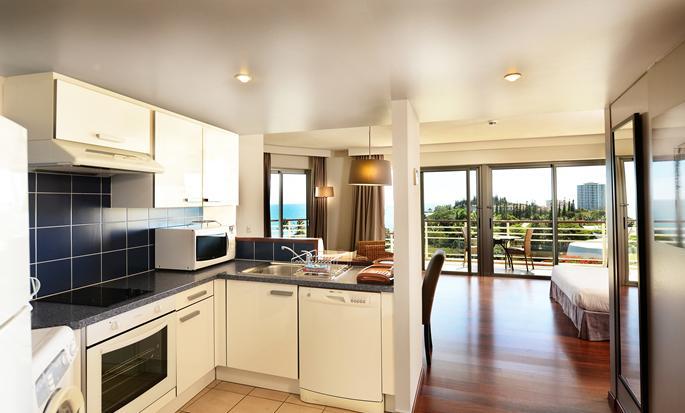 Hôtel Hilton Noumea La Promenade Residences - Cuisine d'un appartement avec cusine équipée et balcon privé