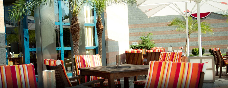 Die Lounge Bar läd Sie auf die saisonal geöffnete Terrasse ein