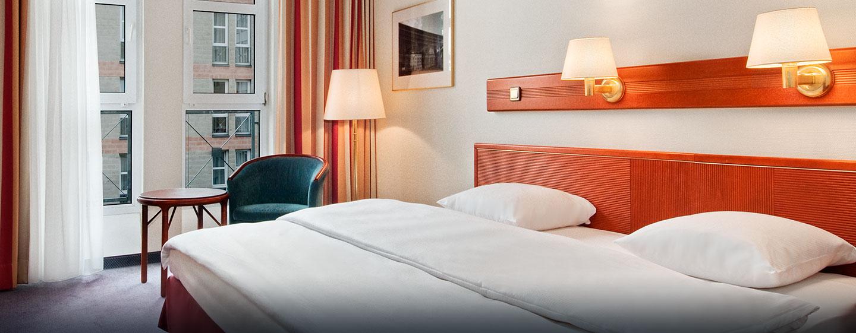 Das schöne Zimmer ist mit King-Size-Bett und separaten Arbeitsbereich ausgestattet