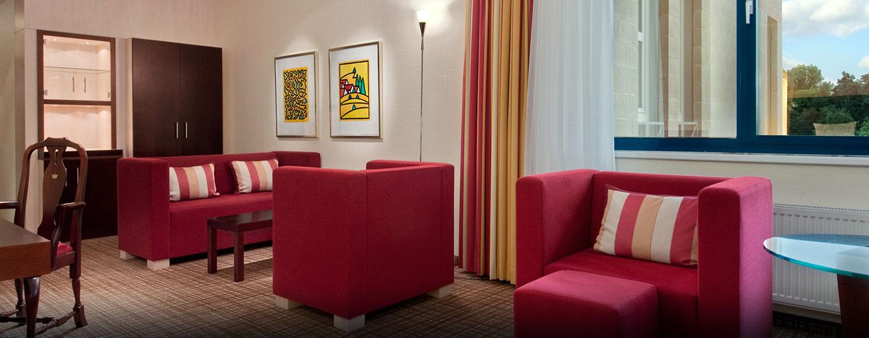 Gemütliche Sofas und ein separater Arbeitsbereich ermöglichen entspanntes Arbeiten und viel Komfort