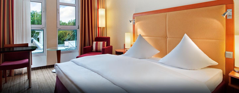 Entspannen Sie im stillvollen Deluxe Zimmer mit King-Size-Bett und warmen Ambiente