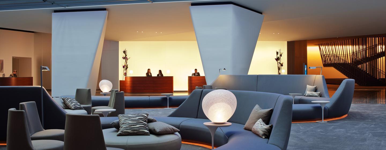 Der moderne Eingangsbereich des Hotel läd die Gäste zum verweilen ein