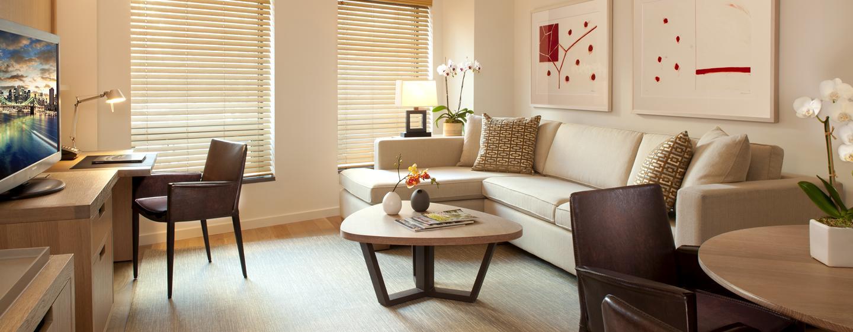 Entspannen Sie in den großen Wohnzimmer der hellen Suiten im New Yorker Hotel