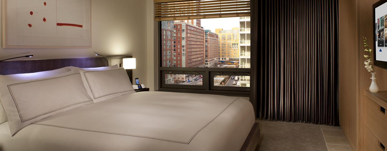 Genießen Sie einen erholsamen Schlaf auf dem King-Size-Bett im Schlafzimmer der großen Suite