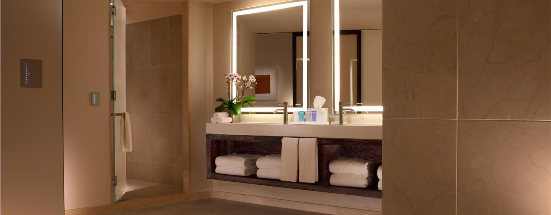 Die modernen Badezimmer in der Luxus-Suite sind mit großen Duschen ausgestattet