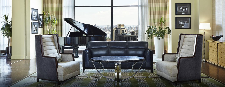 Das Wohnzimmer der Penthouse Suite ist mit stilvollen Ledersofas ausgestattet