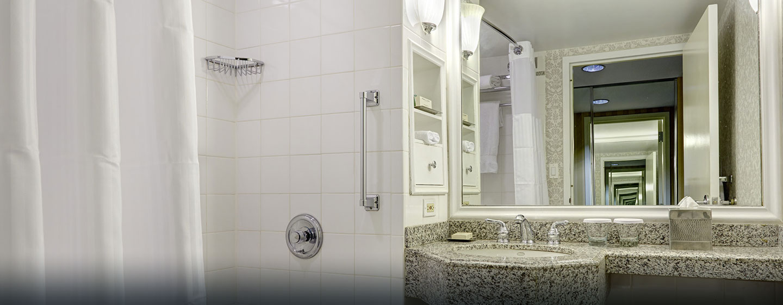 Die Badezimmer im Hotel sind mit Badewannen oder Duschen ausgestattet