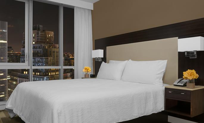 Hilton Garden Inn New York Times Square, New York – Zimmer mit King-Size-Bett