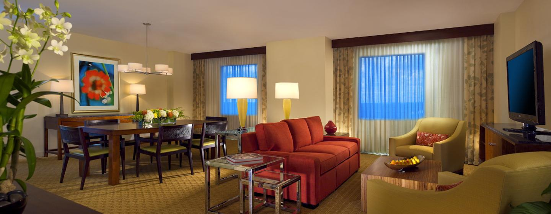 Der große Wohnbereich der Suite ist mit einem Esstisch für 8 Personen ausgestattet
