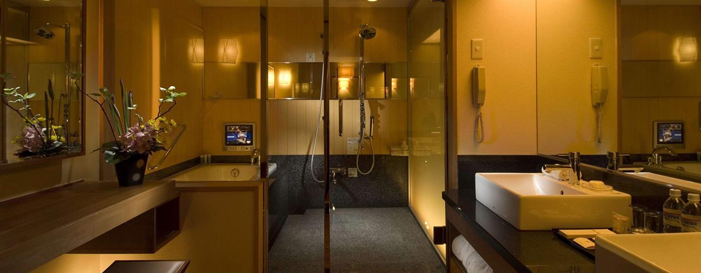 Das große Badezimmer der Suite verfügt über eine schöne Dusche und eine Badewanne