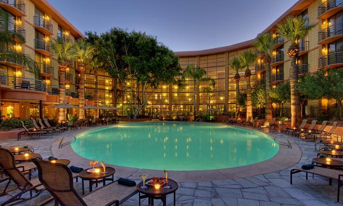 Embassy Suites Phoenix - Biltmore, EUA - Piscina del hotel