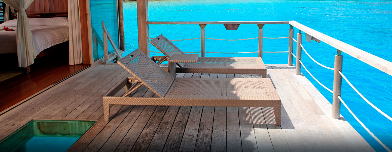 Hôtel Hilton Bora Bora Nui Resort & Spa, Polynésie française - Villa de luxe sur pilotis, vue depuis la terrasse
