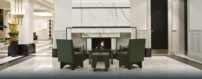 Im schönen Eingangsbereich des Hotels können Sie am Kamin sitzten und relaxen
