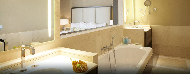 Im großen Badezimmer mit Badewanne können Sie sich erfrischen