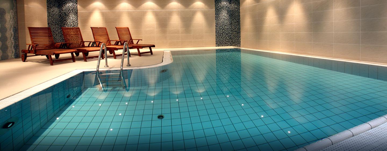 Schwimmen Sie einige Bahnen im beheitzten Innenpool im Hilton Prague Old Town