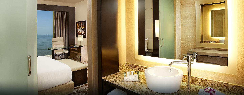 Hilton Panamá - Habitación estándar con cama king y vista al océano