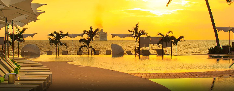 Hilton Puerto Vallarta Resort, Jalisco, México - Piscina al atardecer