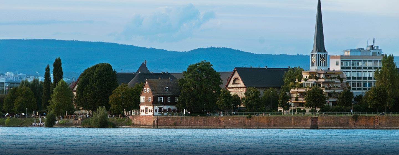 Spazieren Sie am Rhein in mitten der schönen Natur