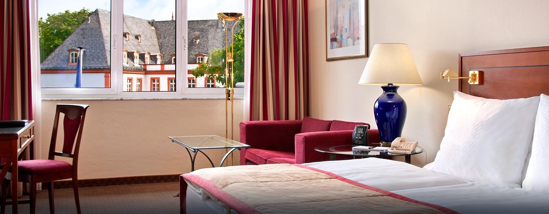 Die großzügigen Gästezimmer mit King-Size-Bett verfügen über einen separaten Arbeitsbereich