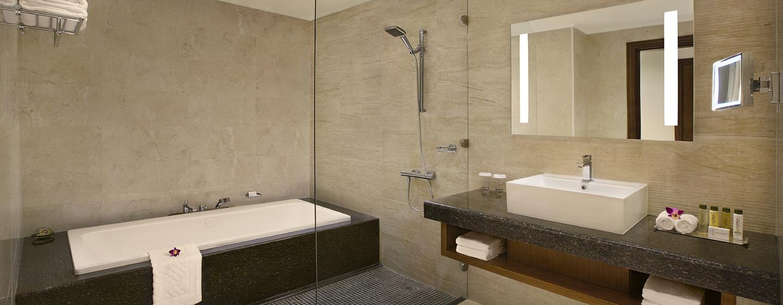 DoubleTree by Hilton Resort & Spa Marjan Island, Ras Al Khaimah, VAE – Badezimmer eines Deluxe Zimmers