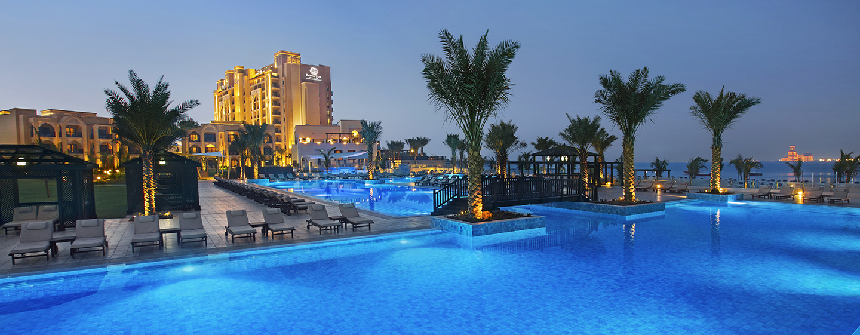 DoubleTree by Hilton Resort & Spa Marjan Island, Ras Al Khaimah, VAE – Villa-Pool bei Nacht