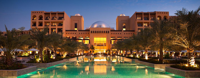 Bei Nacht erstrahlt das schöne Hotel in vollem Glanz