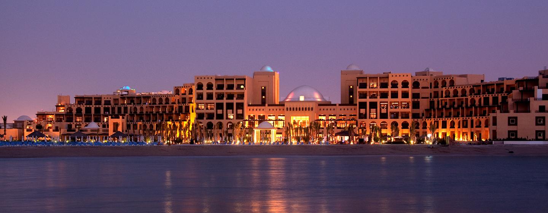 Das luxeriöse Hotel befindet sich direkt am privaten Sandstrand