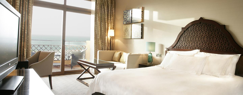 Aus der schönen Suite mit bequmen Sofa können Sie den Blick auf die Lagune genießen