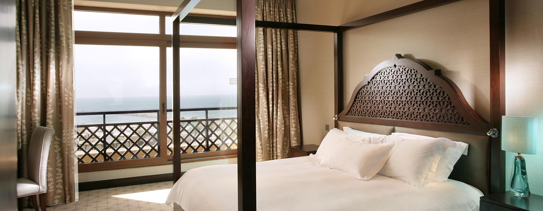 Relaxen Sie im großen Schlafzimmer mit King-Size-Bett