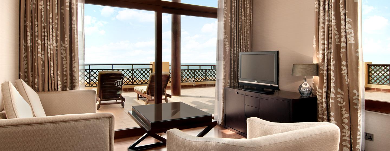 In der modernen Deluxe Suite können Sie sich auch auf der großen Terrasse in der Sonne entspannen