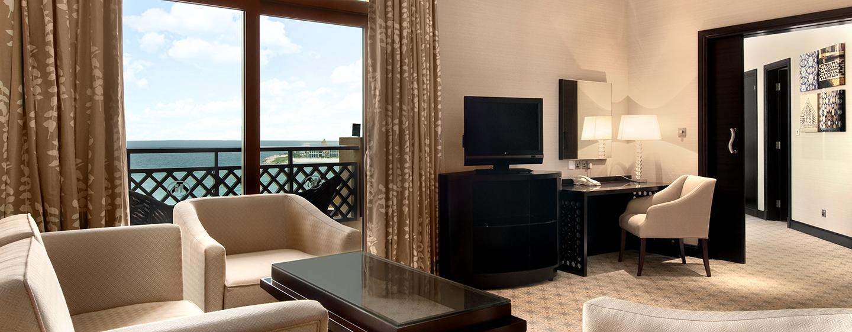 Im Wohnzimmer der Executive Suite können Sie am Schreibtisch bequem Geschäftliches erledigen