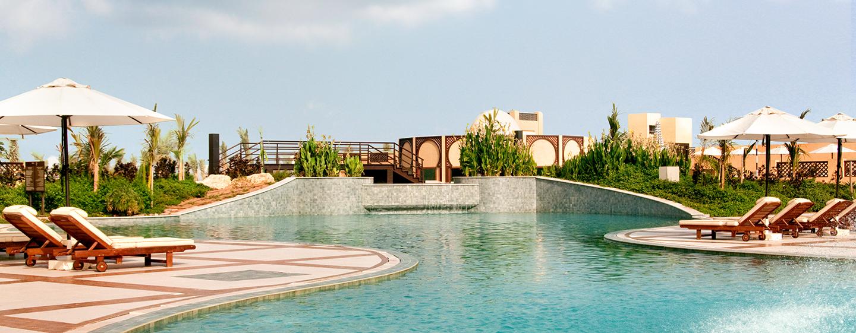 Auf dem großen Außengelände können Sie in insgesamt 7 Pools schwimmen