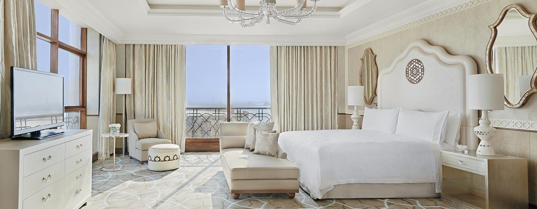Das helle Schlafzimmer der Tower Suite bietet Ihnen viel Komfort und einen schönen Ausblick