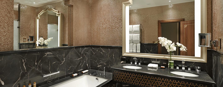 Die stilvollen Badezimmer des Waldorf Astoria Ras Al Khaimah sind mit Badewannen ausgestattet