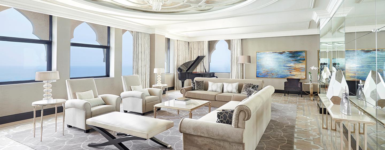 Im Wohnzimmer der Imperial Suite befinden sich bequeme Sofas und ein Klavier