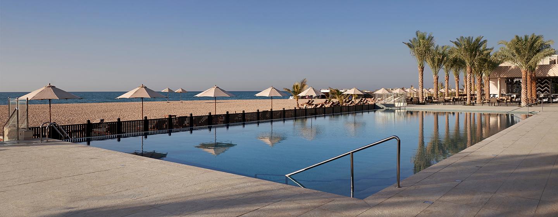 Ein großes Bahnenbecken befindet sich direkt am langen privaten Sandstrand des Hotels