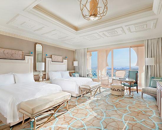 Waldorf Astoria Ras Al Khaimah -hotelli, Yhdistyneet arabiemiirikunnat – Kahden Queen-sängyn Deluxe Golf -huone parvekkeella