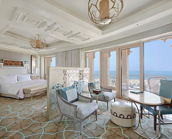 Waldorf Astoria Ras Al Khaimah -hotelli, Yhdistyneet arabiemiirikunnat – King Deluxe -huone merinäköalalla ja parvekkeella