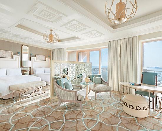 Waldorf Astoria Ras Al Khaimah -hotelli, Yhdistyneet arabiemiirikunnat – kahden Queen-sängyn Queen Deluxe -huone merinäköalalla ja parvekkeella