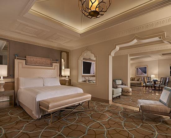 Waldorf Astoria Ras Al Khaimah -hotelli, Yhdistyneet arabiemiirikunnat – parivuoteellinen Grand Junior -sviitti näköalalla ja parvekkeella