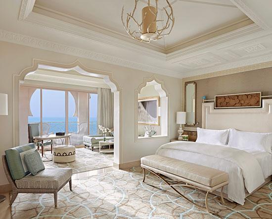 Waldorf Astoria Ras Al Khaimah -hotelli, Yhdistyneet arabiemiirikunnat – parivuoteellinen Junior-sviitti näköalalla ja parvekkeella