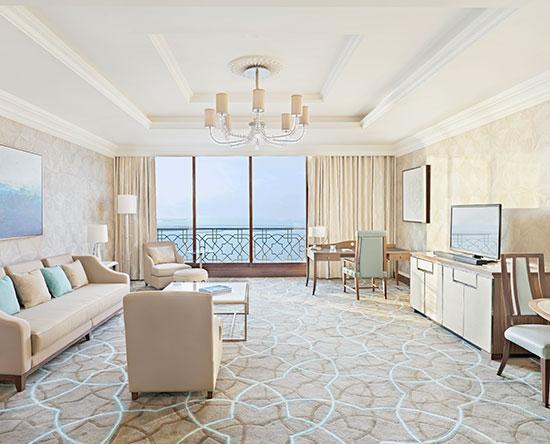 Waldorf Astoria Ras Al Khaimah -hotelli, Yhdistyneet arabiemiirikunnat – parivuoteellinen tornisviitti näköalalla ja parvekkeella