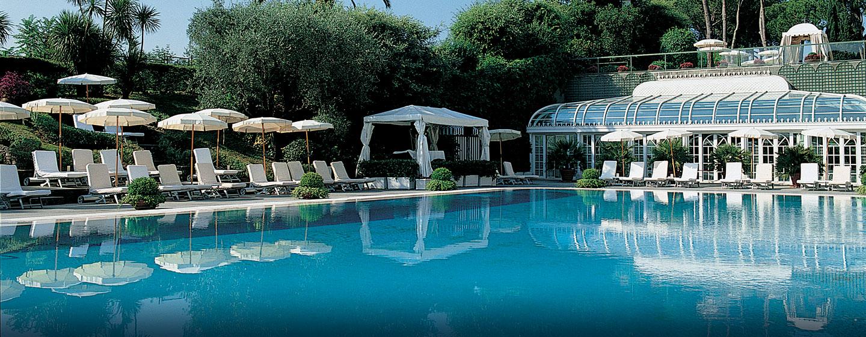 Schwimmen Sie bei gutem Wetter im großen Außenpool des Hotels