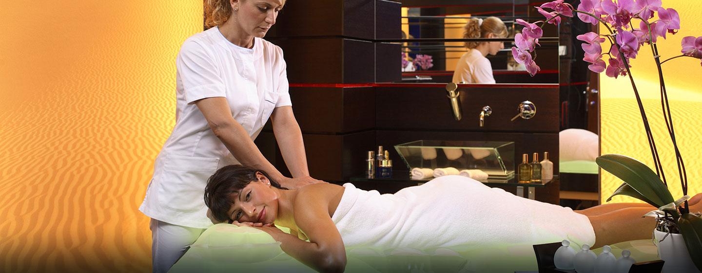 Lassen Sie sich bei einer Massage im Spa-Bereich des Rome Cavalieri, Waldorf Astoria Hotels & Resorts verwöhnen