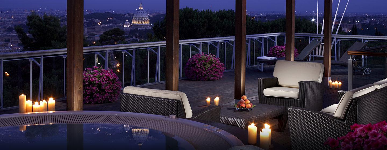 Von der großen Terrasse auf dem Dach des Hotels können Sie den wunderschönen Blick auf Rom bewundern
