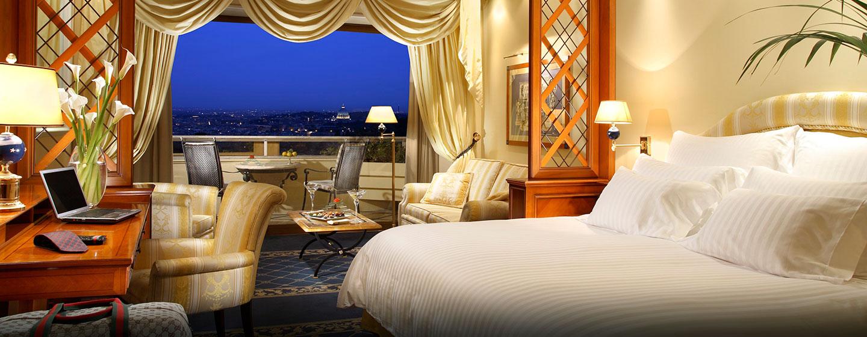 Entspannen Sie auf dem großen privaten Balkon mit Aussicht auf die Ewige Stadt