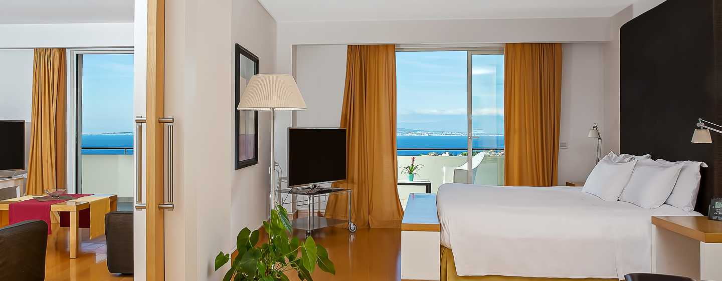 Hilton Sorrento Palace, Italien – Badezimmer der Executive Suite mit King-Size-Bett