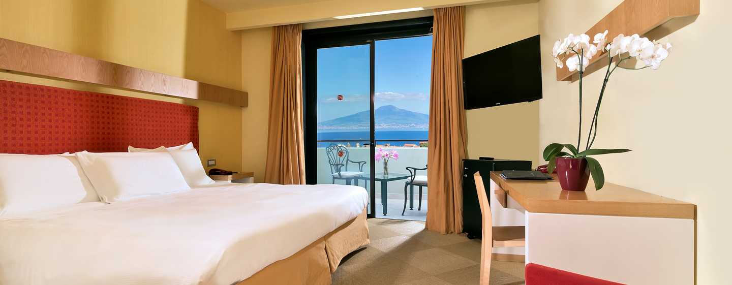 Hilton Sorrento Palace, Italia - Camera con letto king size e vista mare
